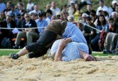 Am Boden: Der Schwinger wehrt sich gegen seine Niederlage. (Bild: Reto Martin)