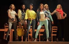 Fiona Gaggia, Natalie Brändle, Désirée Guntli, Mirjam Signer, Ladina Dörig und Ashley Alexandra Ziegler zeigen sich modisch. (Bild: Reto Martin)