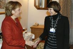 Starke Frauen unter sich: Micheline Calmy-Rey mit der deutschen Kanzlerin Angela Merkel. (Bild: Keystone)