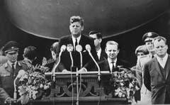 """Der amerikanische Präsident John F. Kennedy hält am 26. Juni 1963 seine berühmte Rede mit dem Ausspruch """"Ich bin ein Berliner"""" in Berlin. (Bild: Keystone)"""