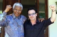 2002 besucht U2-Sänger Bono Nelson Mandela in Johannesburg. (Bild: Keystone)
