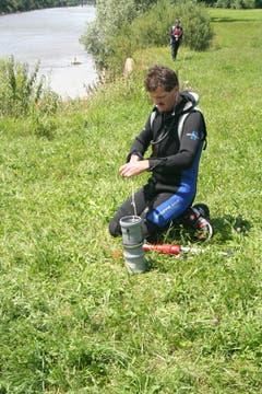 Bruno Schnyder, Feldwebel der Seepolizei, bereitet das Flussrettungsgerät vor. (Bild: Martin Knoepfel)
