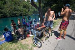 Ein Barbecue am Rhonestrand. (Bild: Keystone)