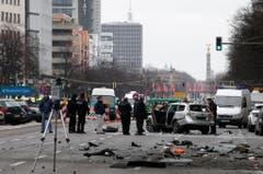 Polizisten machen sich nach der Explosion an die Arbeit. (Bild: Keystone)