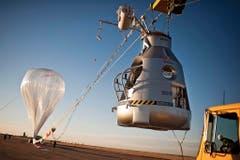 Die Ballonkapsel soll Felix Baumgartner vor den Minustemperaturen im All schützen. Sie wiegt mehr als eine Tonne. (Bild: Keystone)
