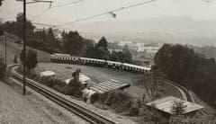 """Das """"Gaiserbähnli"""" in den frühen 1980er-Jahren in der Ruckhaldekurve. Am Gleis im Vordergrund die Hüttchen des Familiengartens Ruckhalde. (Bild: Stadtarchiv der Ortsbürgergemeinde St.Gallen)"""
