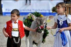 Sämi und Yvonne Züst zeigen stolz ihr Kälbchen Bliker. (Bild: Keystone)