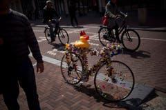 Eine Ente mit Krone sitzt auf einem Velo, das mit Dutzenden Plastikenten dekoriert ist. (Bild: Keystone)