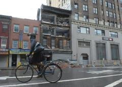 Die starken Winde haben in New York eine Hausfassade abgerissen. (Bild: Keystone)
