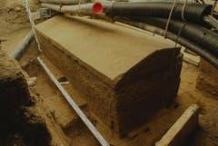 Der Sarkophag an seinem Fundort unter dem Klosterplatz und unter Leitungen. (Bild: pd)
