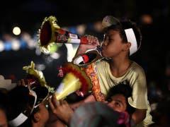 Tausende Filippinos begrüssen das neue Jahr mit viel Lärm. (Bild: Keystone)
