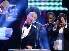 Auszeichnung in der Kategorie Best Album Urban: Stress, links, Noah Veraguth (verdeckt) und Bastian Baker. (Bild: Keystone)