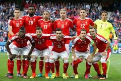 Die Startformation der Schweizer Nationalmannschaft gegen Frankreich. Nicht bewertbar: Haris Seferovic, Gelson Fernandes und Michael Lang. 1 = miserabel, 6 = sehr gut (Bild: EPA / Laurent Debrule)
