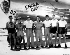 """Die Bodencrew der B29 """"Enola Gay"""", aus welcher die Bombe über Hiroshima abgeworfen wurde, posiert mit Pilot Paul W. Tibbets (Mitte). (Bild: Keystone)"""