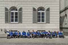 Ein Selfie vorm dem Auftritt: Tambouren warten auf dem St.Galler Klosterplatz für den Start der Bürgerwanderung der Ortsbürgergemeinde (17.9.2016). (Bild: Benjamin Manser)