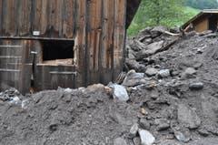 Auch dieser Stall wurde von Erde und Geröll in Mitleidenschaft gezogen. (Bild: Sarganserländer/Michael Kohler)