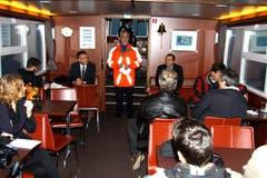 Der Einsatzleiter informiert die Medien. Die Pressekonferenz fand auf dem Boot statt. (Bild: Rudolf Hirtl)