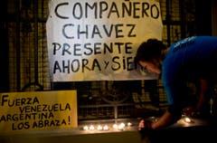 """""""Chávez lebt jetzt und für immer"""" und """"Bleib stark Venezuela, Argentinien umarmt dich"""": Schilder vor der Botschaft Venezuelas in Argentinien. (Bild: Keystone)"""