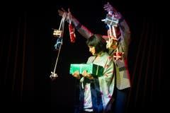 O Lia San (Stefanie Gygax) und ihr Bräutigam (Christian Sollberger) mit Geschenken. (Bild: Benjamin Manser)