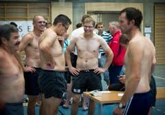 Athleten beim Wiegen, bevor dann die Wettkämpfe starten. (Bild: Michel Canonica)