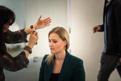 Auch Monika Simmler wird für ihren Interview-Auftritt zurecht gemacht. (Bild: Michel Canonica)