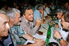 Auf der Bundesratsreise unterhält sich Otto Stich 1993 mit Leuten aus der Bevölkerung an einer Chilbi in Schangnau (Emmental). (Bild: Keystone)
