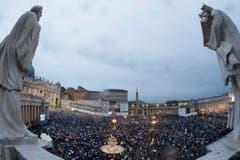 Gläubige warten auf dem Petersplatz, bis Rauch aufsteigt. (Bild: Keystone)