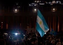 Gläubige schwenken die argentinische Fahne auf dem Petersplatz. (Bild: Keystone)