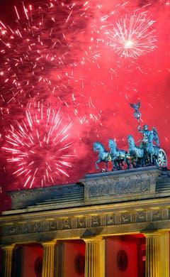 Roter Himmel über dem Brandenburger Tor in Berlin. (Bild: Keystone)