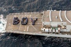 """Die britische Royal Navy hat das Wort """"Boy"""" geformt und gratuliert damit Kate und William zur Geburt ihres Sohnes. (Bild: Keystone)"""