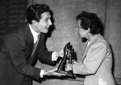 Zwei Grosse des französischen Musikbusiness: Gilbert Bécaud und Edith Piaf im Mai 1956. (Bild: Keystone)