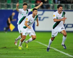 Captain Philippe Montandon, Goran Karanovic und Matias Vitkieviez jubeln nach dem 2:0 (Bild: Urs Bucher)