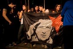 Auch in Argentinien gingen viele Menschen auf die Strasse. Hier bekunden sie ihr Mitgefühl vor der Botschaft Venezuelas in Buenos Aires. (Bild: Keystone)