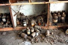 Behälter mit chemischen Stoffen lagern noch immer in der Fabrik, für die sich niemand verantwortlich fühlt (Aufnahme von 2009). (Bild: Keystone)