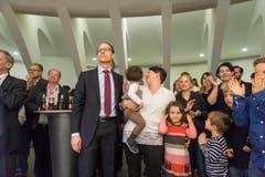Marc Mächler wartet mit seiner Gattin und den drei Kindern auf das Resultat. (Bild: Michel Canonica)