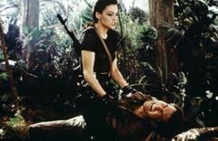 Famke Janssen nimmt als Xenia Onatop den neuen Bond Pierce Brosnan in die Mangel («GoldenEye», 1995). (Bild: pd)
