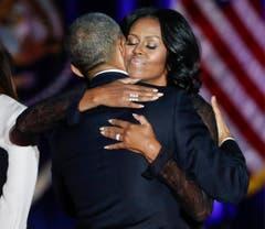 «Du hast um diese Rolle nicht gebeten, aber Du hast sie Dir zu eigen gemacht, mit Würde und mit Mumm und mit Humor», sagt Barack zu seiner Frau Michelle. (Bild: Kamil Krzaczynski / Keystone)