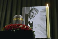 """Die Urne mit den sterblichen Überresten von Entertainer Udo Jürgens - daneben das Porträtbild, das auch seine letzte Studio-CD """"Mitten im Leben"""" zierte. (Bild: Keystone)"""