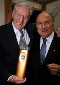 Lifetime-Awardgewinner Ferdy Kübler (links) mit seinem Laudator, Fifa-Präsident Sepp Blatter im Jahr 2009. (Bild: Archiv LZ)