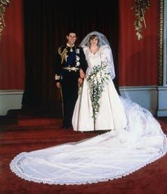 Das offizielle Hochzeitsfoto von Prinz Charles and Prinzessin Diana im Buckingham Palast. (Bild: AP Photo (London, 29. Juli 1981))