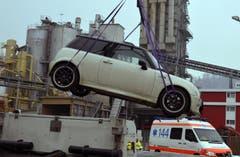 Ein Auto wird vom Kriminaltechnischen Dienst abtransportiert. (Bild: Keystone)