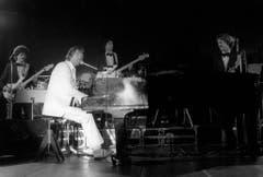 Der Star spielt und singt am 27. September 1981 beim Gala-Abend des Schweizer Sports in Regensdorf. (Bild: Keystone)
