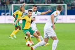 David Tsoraev hält sich Dejan Janjatovic vom Leib. (Bild: Michel Canonica)