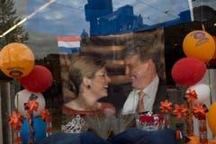 Eine Flagge mit Maxima und Willem-Alexander. (Bild: Keystone)