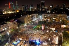 Rund 100'000 Israelis versammelten sich am Samstagabend in Tel Aviv. (Bild: Keystone)