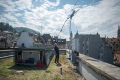 Die 4,5 Meter lange Antenne auf dem Dach wurde eigens für den Funkkontakt zu ISS konstruiert. (Bild: Benjamin Manser)