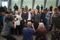 """""""Immer schön lächeln"""", heisst es für die Politiker. Die Kameraleute sind überall. (Bild: Michel Canonica)"""