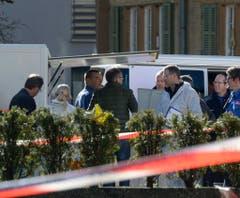 Polizisten sichern den Tatort ab. (Bild: Keystone)