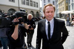 Der Sänger Peter Kraus erweist Kurt Felix die letzte Ehre. (Bild: Urs Bucher)