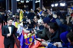 Lionel Messi, der spätere Sieger, gibt auf dem roten Teppich Autogramme. (Bild: Keystone)
